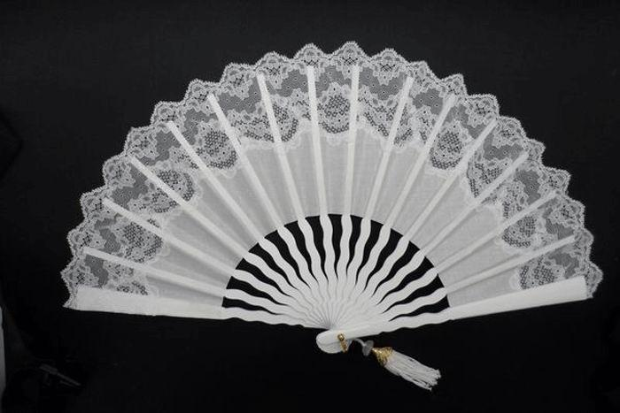 Laced Ivory Bridal Fans with Wavy Ribs. Ref. 1300