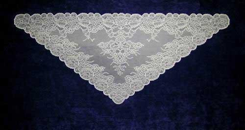 Mantilla Triangular color Blanco. Ref. 123217. Medidas: 66cm X 154cm