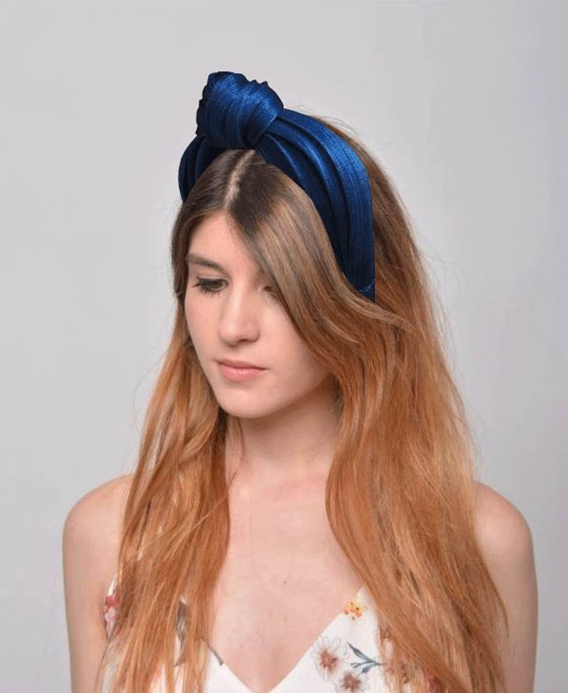 Headband with Knot in Bluish. Model Adriana