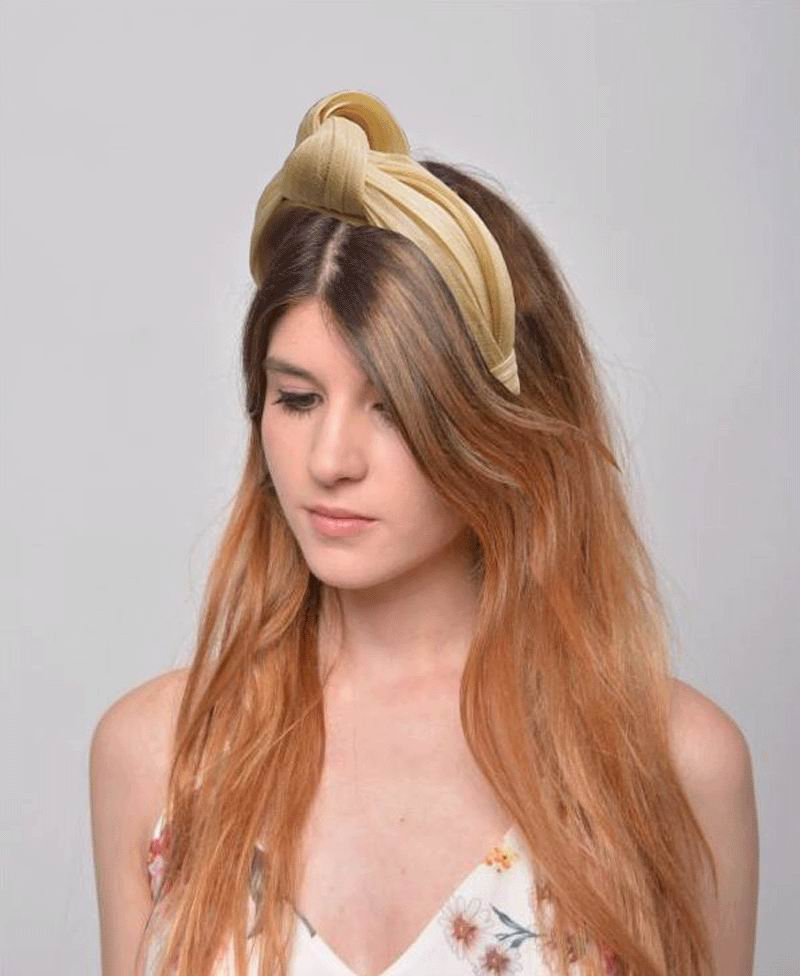 Headband with Knot in Beige. Model Adriana
