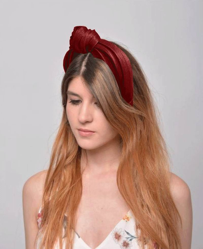 Headband with Knot in Burgundy. Model Adriana