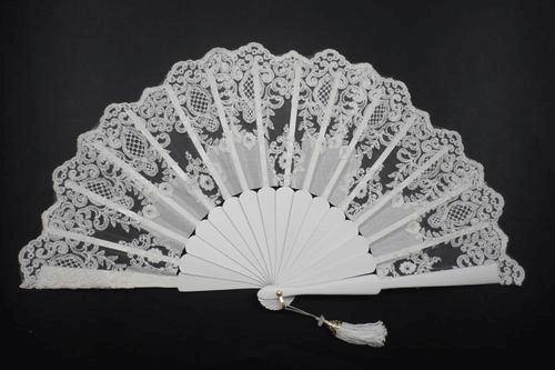 Bridal Tapered Lace Fan. Ref. 1931