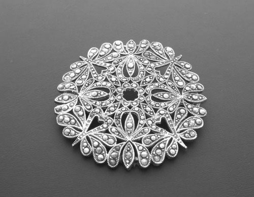 Circular brooch in silver and with marcasita