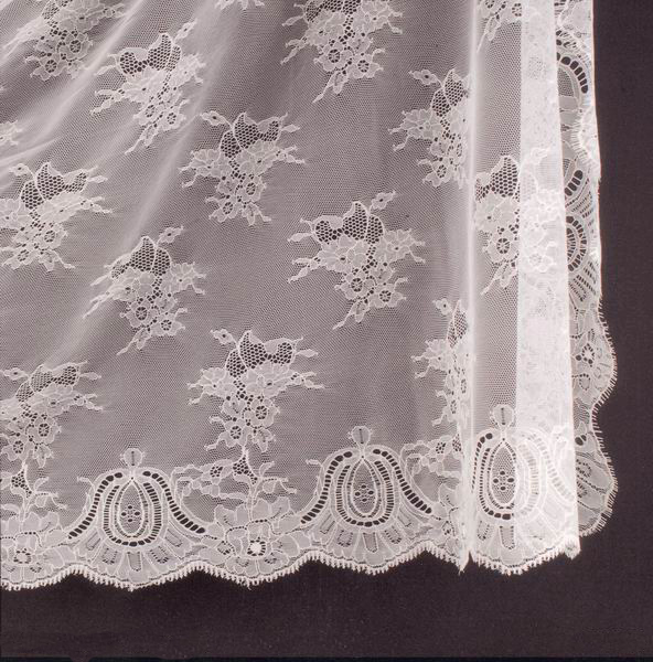 Spanish Veil (Shawl). Measurements: 200x300 cm. Ivory
