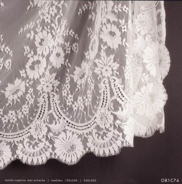 Spanish Veil (Shawl). Measurements: 250x300 cm. Ivory