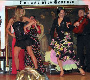 Jennifer Aniston mostrando su arte flamenco
