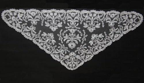 Triangular Spanish Mantilla embroidery by machine  Ref.7583-10. Measurements 60cm X 125cm