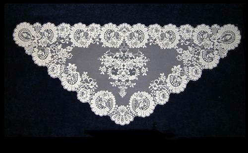 Triangular Spanish veil. Ref. 12311-3. Measurements: 66cm X 120cm